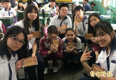 為會考生祈福 台南港明高中送金榜題名煎餅