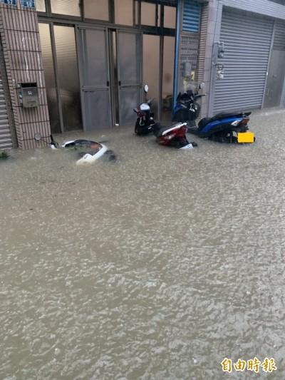 雨炸新竹!多處地下道封閉、護城河水淹馬路