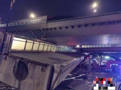 豆腐渣工程?杭州鬧區鋼樑天橋 貨車一碰就垮了!