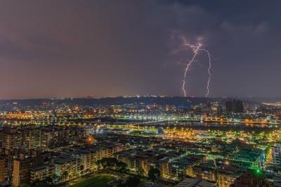 一日狂閃電4.6萬次 他幸運拍下「台灣」奇景
