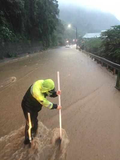 驟雨襲擊北海岸成水鄉 山壁出現大瀑布、石門溪瀕臨潰堤