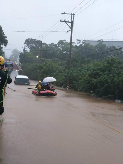 暴雨來襲!林口小巴士拋錨快滅頂 6人驚險被船艇救出