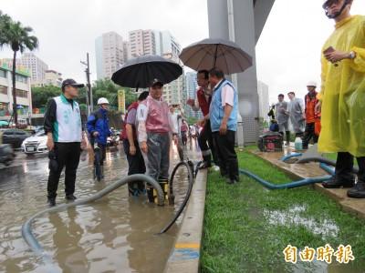暴雨來襲致淹水 民怨涉水上班課 侯:雨量未達停班課標準