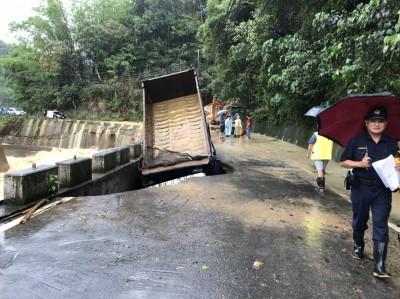 豪雨路基掏空 大貨車險遭吞沒、司機驚險逃生