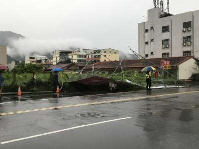 強風豪雨襲高雄 機車騎士被廣告看板壓傷