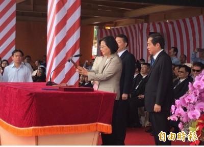 小英成首位為台灣貨輪命名擲瓶總統 「中鋼自由輪」啟航