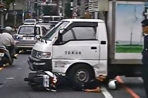 機車直衝撞貨車 騎士慘卡車底動彈不得