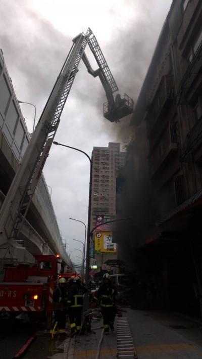 捷運環狀線工地旁失火 雲梯車升梯、衝火場救出4人