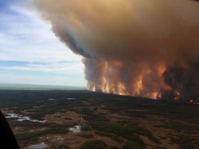 加拿大亞伯達森林大火 延燒2天超過5千人逃難