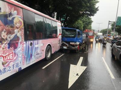 北市貨車撞上公車  滿車乘客驚呼「嚇死人!」