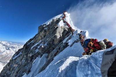 聖母峰登山客排人龍 攻頂「塞車」釀2死