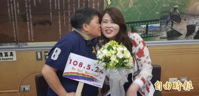 同婚登記首日  新北愛情長跑14年情侶成合法伴侶