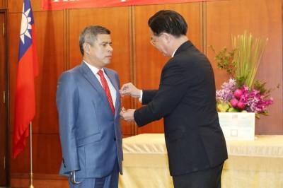 秘魯國會議長獲頒外交獎章坦言:受到「一些壓力」