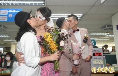 亞洲第一!同志伴侶登記結婚 激動落淚