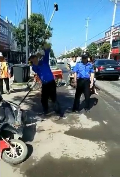 中國城管大槌狂砸違規機車 網怒:穿制服的流氓!
