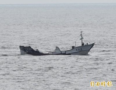 瑞易漁號漁船火燒受損 拖回鹽埔漁港