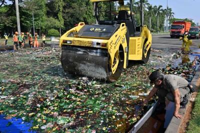 印尼碾碎萬瓶酒 警告穆斯林齋月禁酒