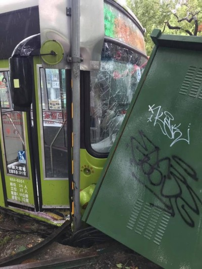 公車撞上變電箱  中山北路五段大停電
