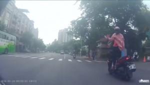 恐怖!女子高速騎車反覆「起立放手」 網友轟:別拖人下水