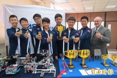 FLL世界賽奪結構設計第2名 台中美國學校學生持國旗領獎