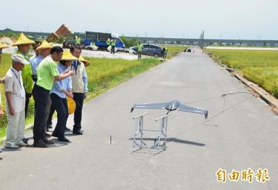 蔡總統接地氣 戴著斗笠在田邊操作無人機