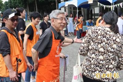 爺奶挑戰一日店員 伊甸攜手北大學生辦「啡長樂市集」