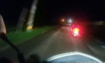 少年無照酒駕闖紅燈 警追逮人「一箭雙雕」