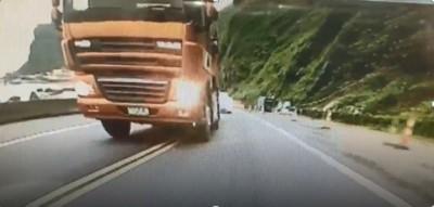 公路閃燈逼車踢鐵板 砂石車司機強碰分局長蒐證開罰