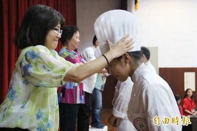 戴上廚師帽「加冠」 弘光食科系畢業生秀麵包手藝