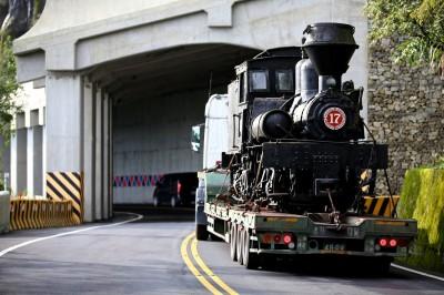 難得一見!107歲阿里山林鐵蒸汽機車頭 現身公路