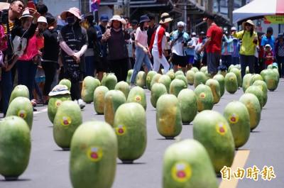 你立蛋我立瓜!全國唯一  「西瓜原鄉」端午封街立600顆西瓜