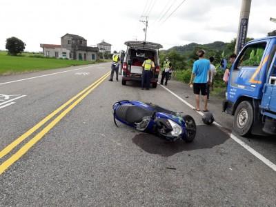 熱暈了?23歲男騎車自撞路邊貨車彈飛