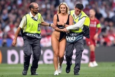 爆乳女模亂入歐冠決賽 脫掉上衣狂奔全場看傻!
