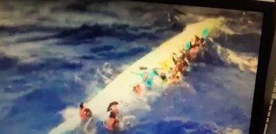 畫面曝光!龍舟橫渡黑潮蘭嶼翻覆 17人抱舟載浮載沉