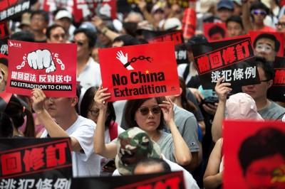 抗爭升級!反送中「香港眾志」包圍立法會 號召民眾留守