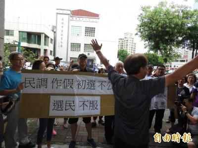 張顯耀支持者聚集國民黨高市黨部 抗議立委民調作假