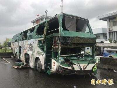 阿羅哈翻車 警:客車跌落邊坡撞涵洞、致車內大震盪傷亡慘重