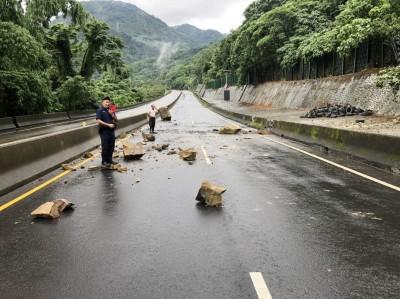 走中潭公路注意!大雨狂炸後 鱸鰻潭路段大石滾落