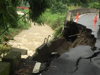 豪雨成災 石岡食水嵙巷路基塌陷、山區落石不斷