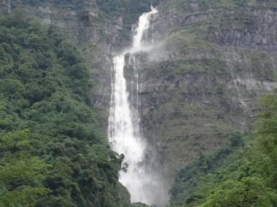 萬馬奔騰!台灣第一高瀑「蛟龍瀑布」再現蛟龍翻騰壯闊景象