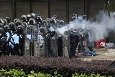 反送中》抗議現場民眾倒地 香港警方稱:已非常克制