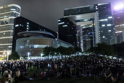 天亮!香港民眾徹夜包圍立法會 罷工、罷市都開始了