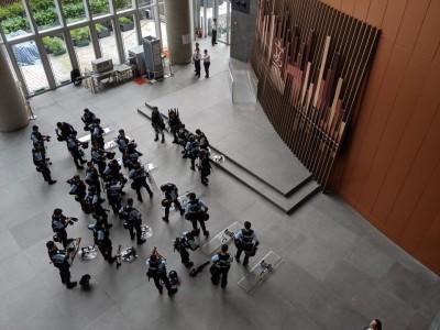 反送中》警察跑進立法會「睡覺」 議員批踐踏立法會尊嚴