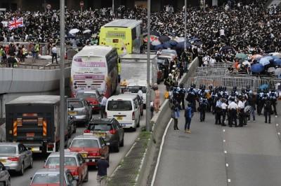 香港續審《送中》爆衝突 數萬抗議民眾癱瘓交通
