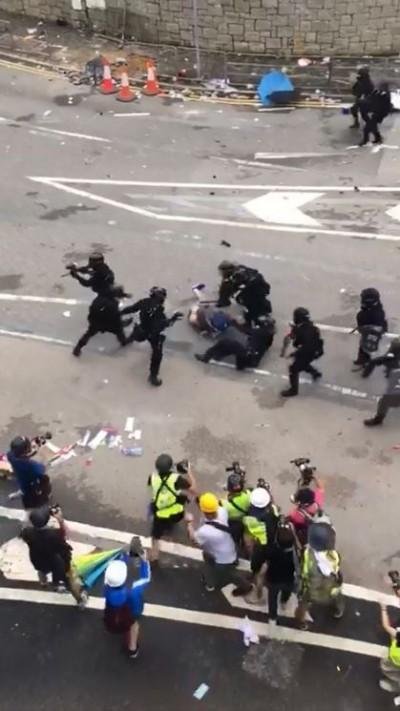 反送中》數十港警持棍圍毆1抗議民眾 影片曝光網友嚇壞