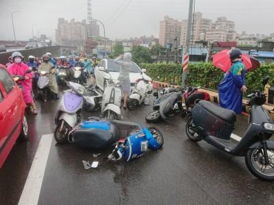 五股驚傳轎車誤踩油門 10機車停等紅燈慘遭衝撞5傷