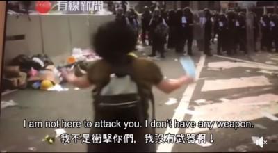 警方施放催淚彈  香港媽媽淚喊為何打小孩影片令人揪心