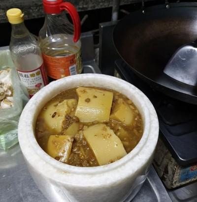 老媽用這裝醬菜她嚇暈 網笑翻:用生命在入味,靈魂料理!