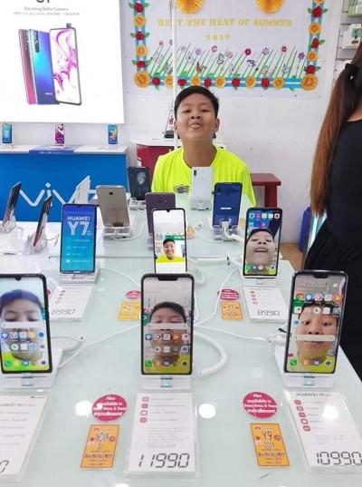 笑翻!男童手機店內惡作劇 展示機桌布都是他的臉