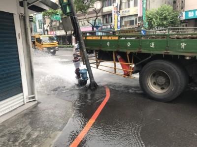 大貨車路口迴轉疑未注意 消防栓、電線桿全撞斷